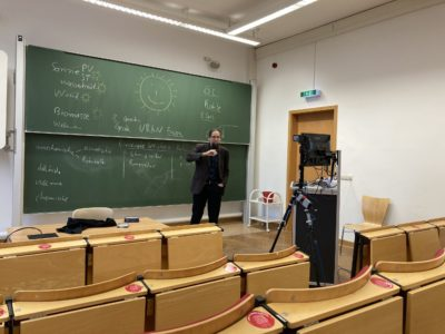 Professor Johannes Gulden referiert im leeren Hörsaal vor der Kamera