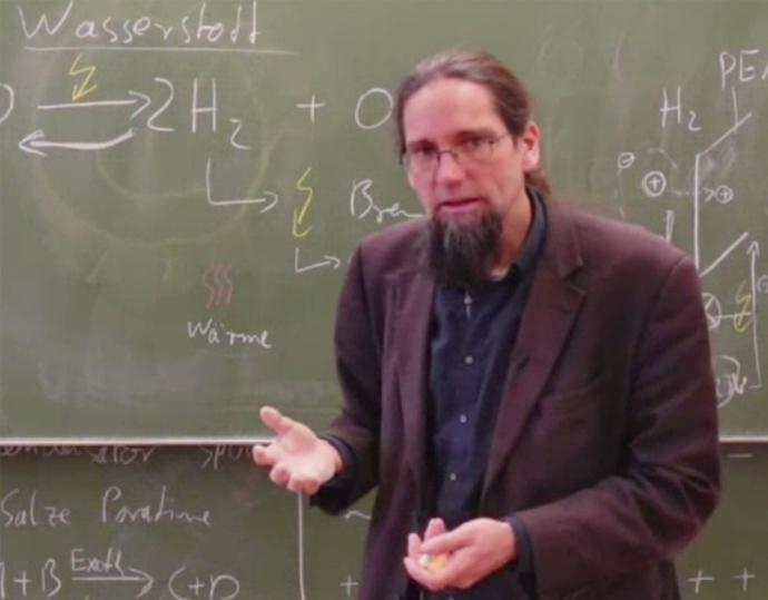 Professor Johannes Gulden referiert über Wasserstoff vor der Tafel im Hörsaal der Hochschule Stralsund.