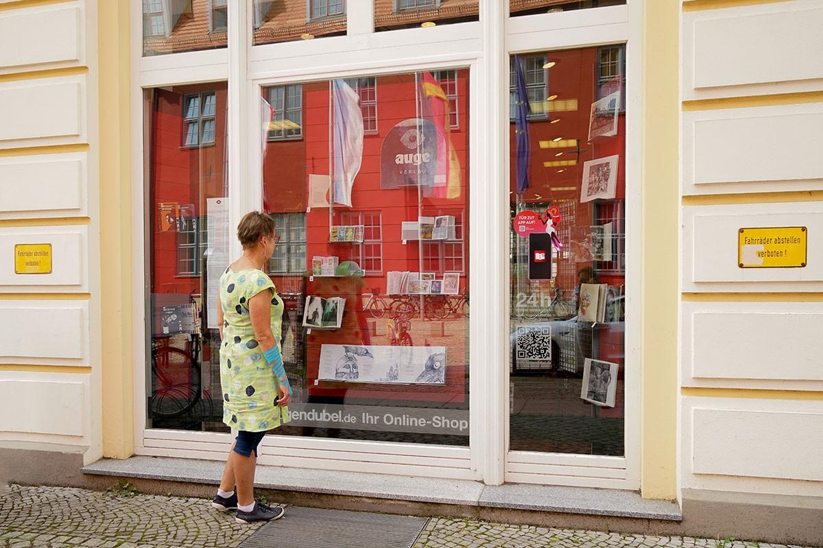Eine interessierte Besucherin vor dem Schaufenster bei Hugendubel